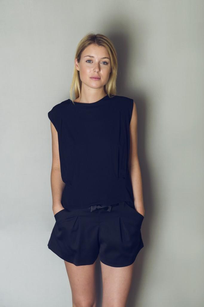 Top. 100% viscose. Str. S/M eller M/L. Pris 1.500 kr. Shorts 43% uld, 55% polyester, 3% elastan. Str. 36. Kan bestilles i flere størrelser. Farve sort eller hvid. Pris 1.800 kr.