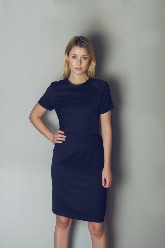 Kjole: 100% georghette uld eller 43% uld, 55% polyester, 3% elastan. Str. 36. Kan bestilles i andre størrelser. Pris: 2.400 kr.